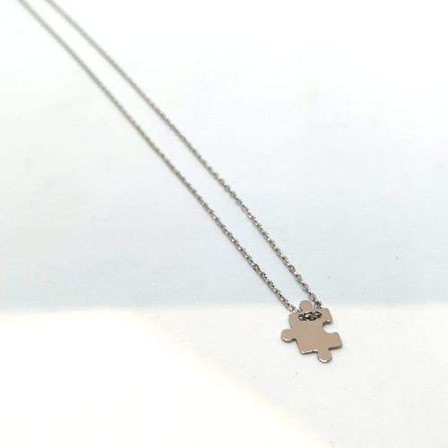Zlatna ogrlica od bijelog zlata sa simbolom puzle